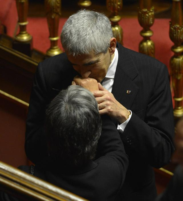 Il baciamano di Pierferdinando Casini ad Anna Finocchiaro (Alberto Lingria/Afp)