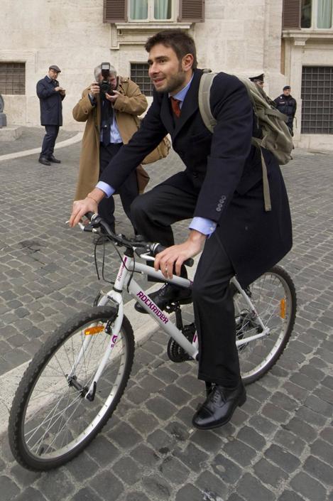 Alessandro Di Battista (M5S) arriva alla Camera in bicicletta (Ciro Fusco/Ansa)
