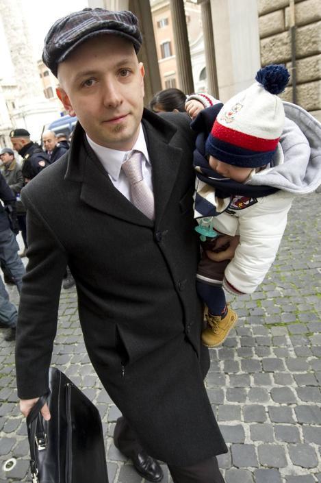 L'arrivo del deputato del Movimento 5 Stelle Cosimo Petraroli alla Camera con il figlio in braccio (Ciro Fusco/Ansa)