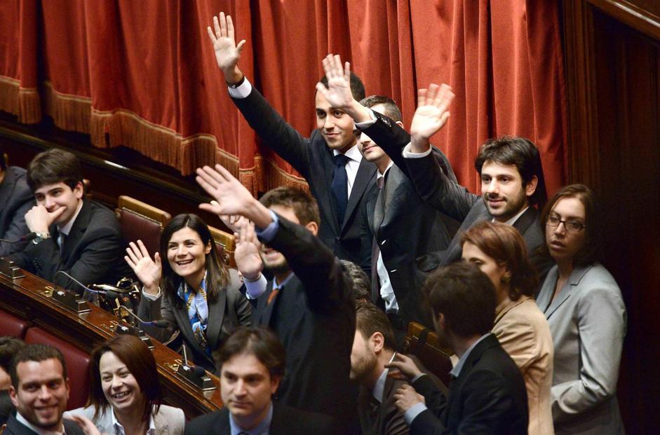 I deputati del M5S salutano i parenti e gli amici in tribuna durante le operazioni di voto (Claudio Onorati/Ansa)