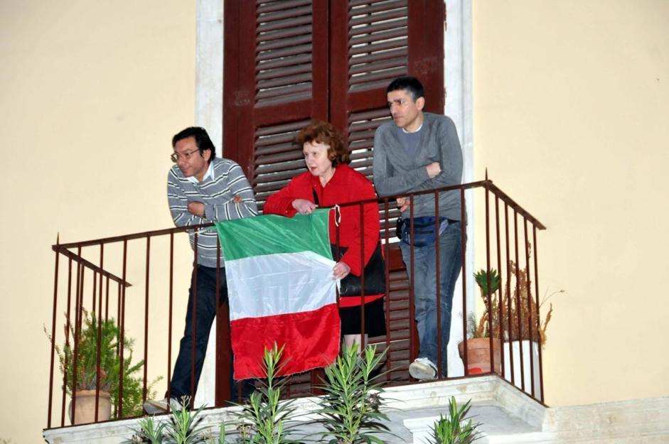 Sostenitori di silvio berlusconi lo attendono con un tricolore a bari