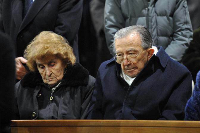 Con la moglie Livia ai funerali di Claudio Vitalone (Ansa/Peri)