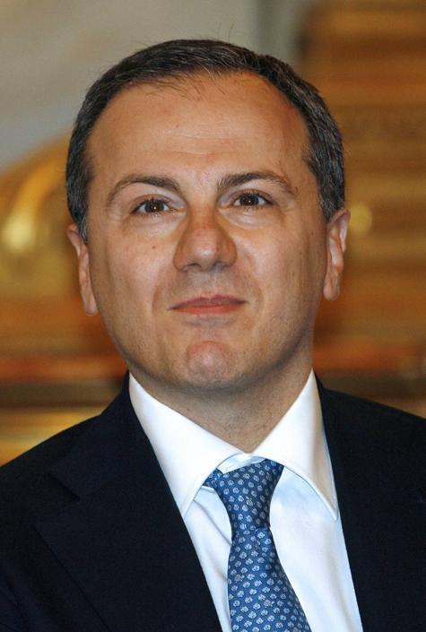 Elio Vito, ex ministro per i Rapporti con il Parlamento nel governo Berlusconi, presiederà la commissione Difesa della Camera.  Problema per un vicepresidente, Massimo Artini (M5S), che era già segretario: i due ruoli sono incompatibili (Reuters/Pignatelli)