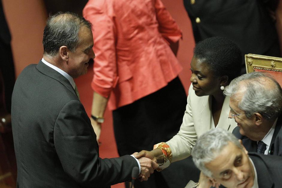 Calderoli e Kyenge si stringono la mano