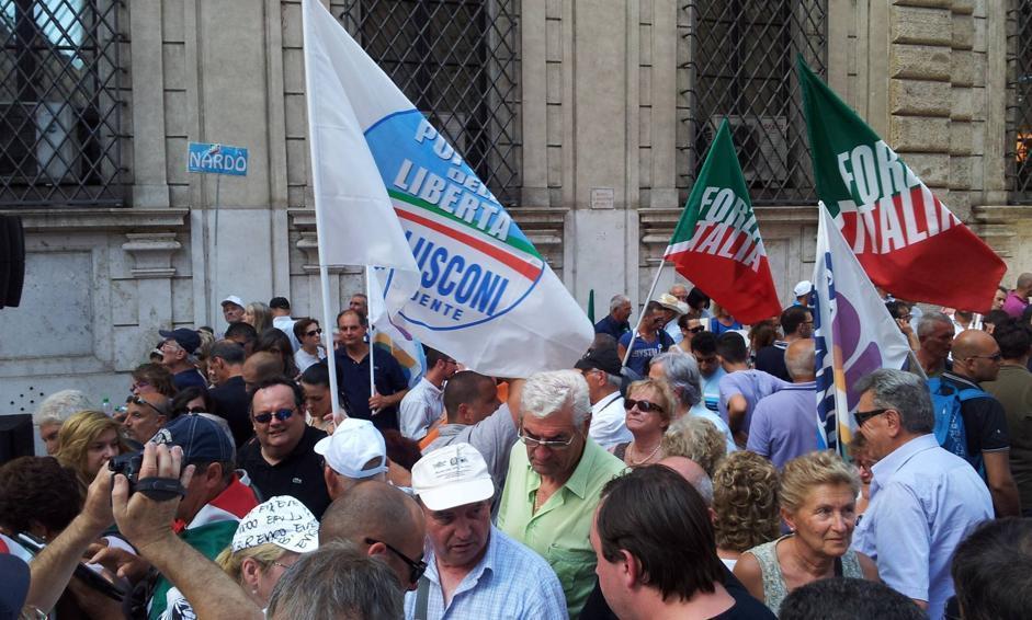 E in piazza spuntano le bandiere di Forza Italia (LaPresse)