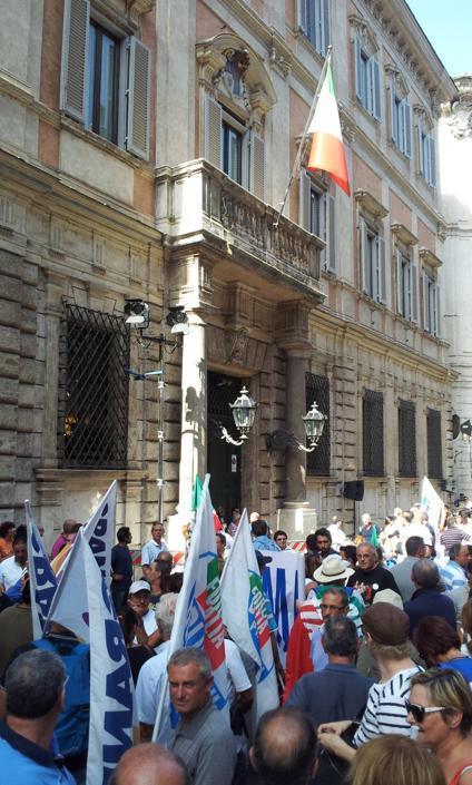 L'entrata principale e il balcone di Palazzo Grazioli in via del Plebiscito (LaPresse)