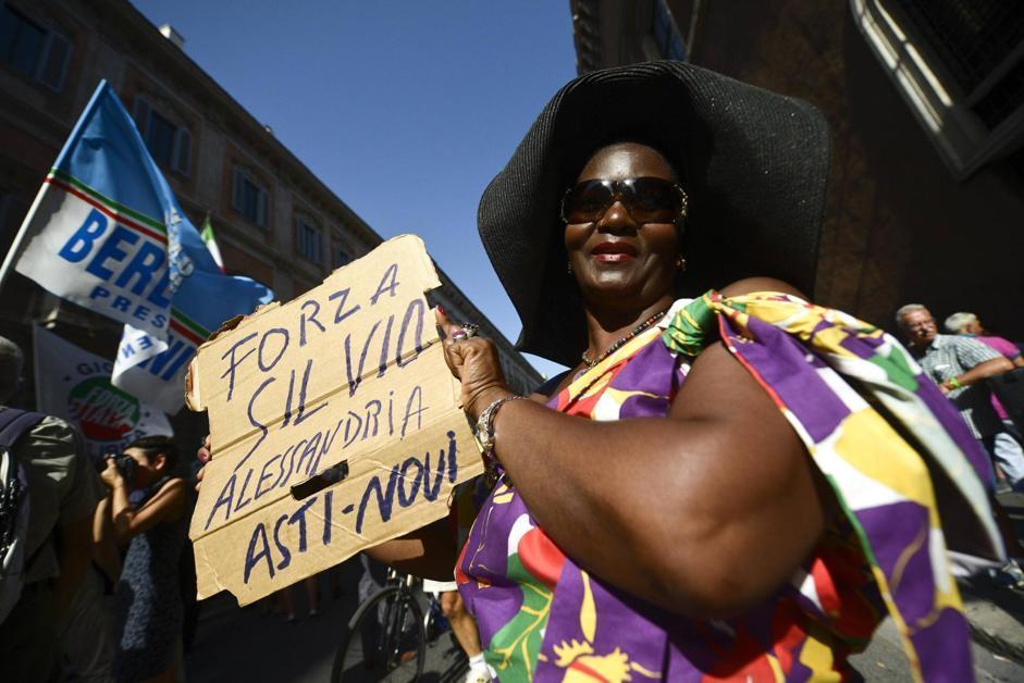 Slogan e striscioni a sostegno dell'ex premier (foto Ansa)