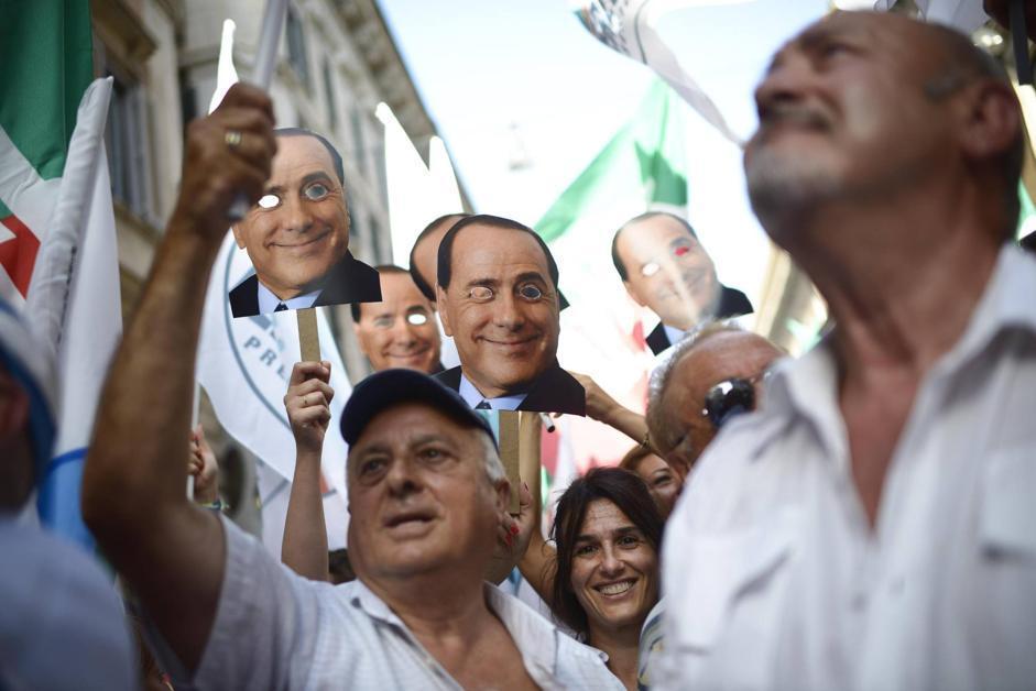 I manifestanti hanno indossato maschere di cartone con il volto di Berlusconi: «Siamo tutti Silvio»
