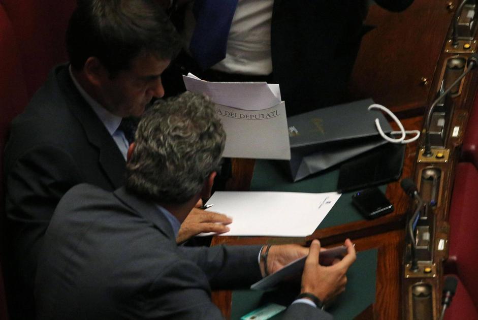 Dimissioni di massa il pdl raccoglie le firme in aula for Parlamentari pdl