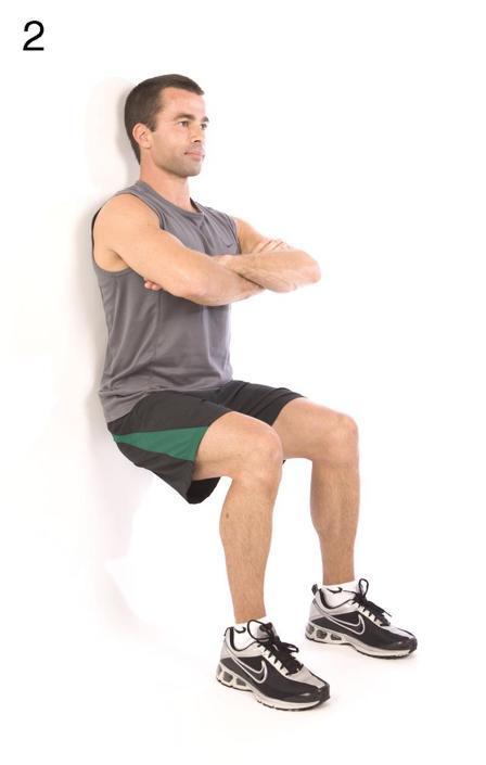 Mantenere la schiena puntata contro il muro tenendo le gambe piegate