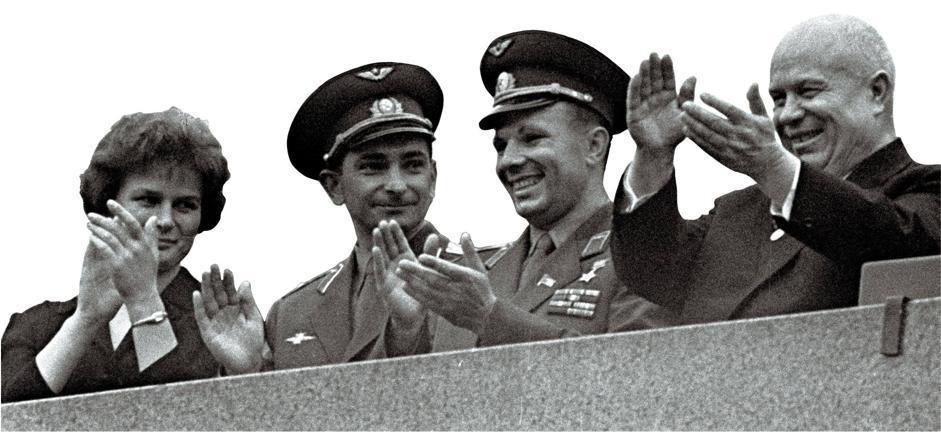Dal balcone del Cremlino sulla piazza Rossa il 22 giugno 1963. Da destra: Kruscev, Yuri Gagarin, il cosmonauta Valery Bykosvsky che volò sulla Vostok-5, Valentina Tereshkova (Afp/Ria Novosti)