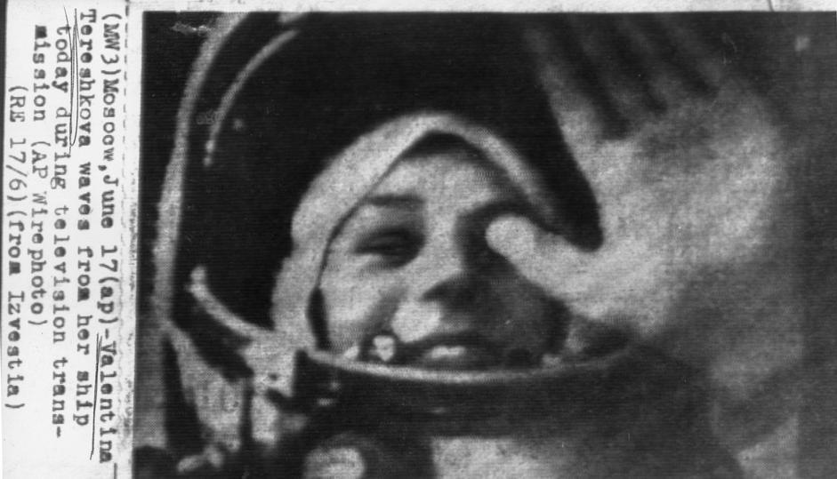 La Tereshkova nella capsula da un collegamento televisivo dallo spazio (Ap/Izvestia)