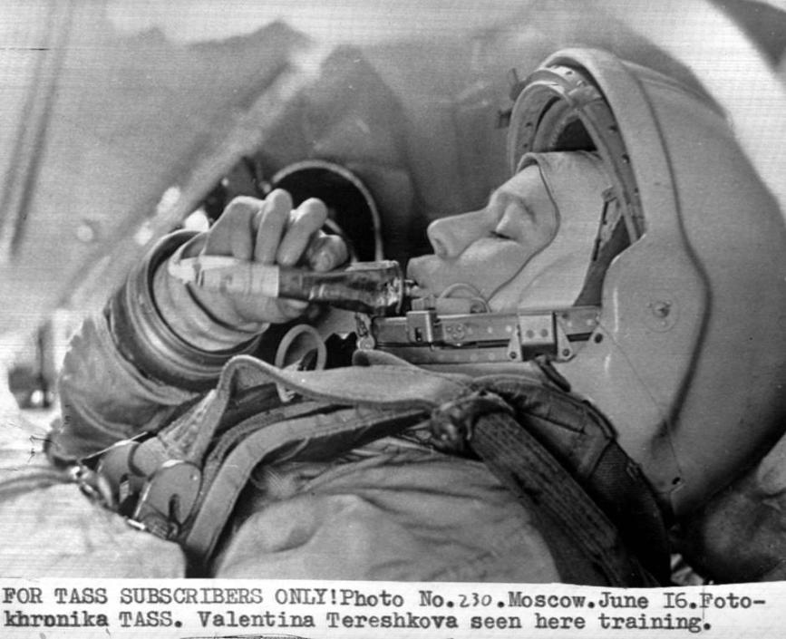 Un'immagine della Tass della Tereshkova durante le prove prima della partenza