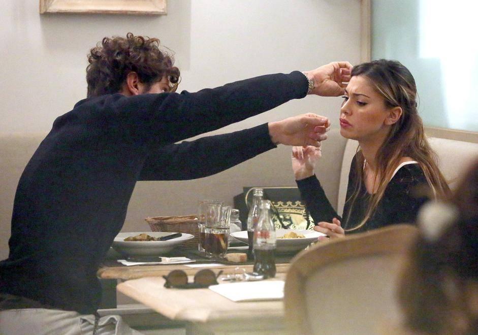 Cresce il pancino di Belen Rodriguez. La showgirl incinta si gode il pranzo romantico con il suo  compagno Stefano (Olycom)