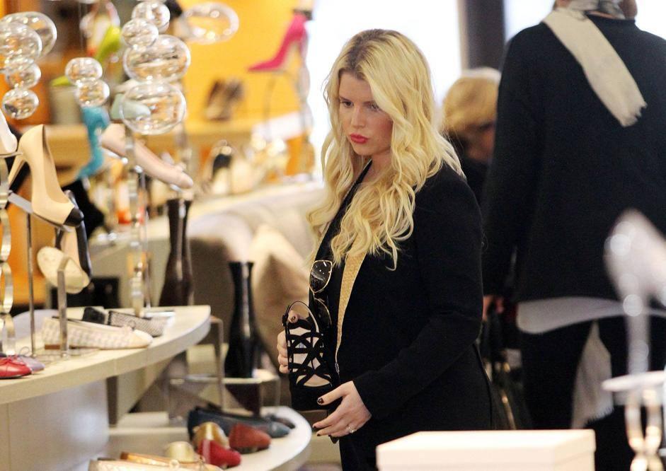 """Shopping a Beverly Hills per l'attrice, che conferma la sua """"rotondità"""" (Lapresse"""