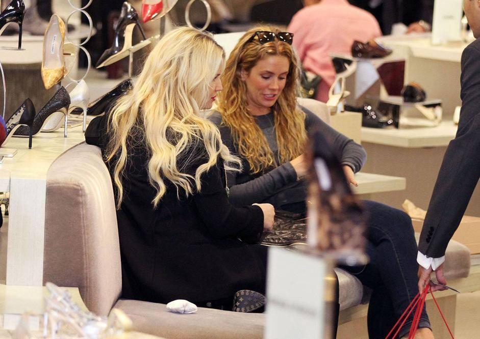 Qui l'attrice chiacchiera con un'amica (Lapresse)