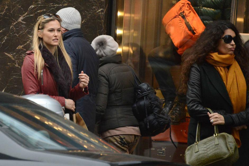Shopping milanese per il trio di amiche Afef Jnifen, Bar Refaeli e la pr Valentina Micchetti (Olycom)