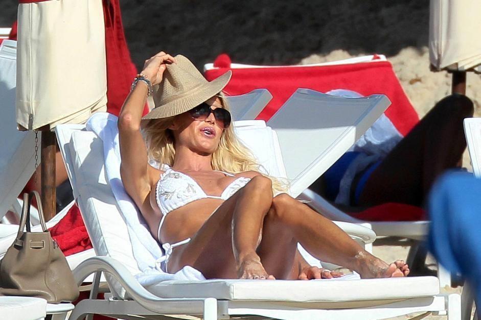 Victoria Silvstedt si rilassa al sole delle Antille a St Barts (Olycom)