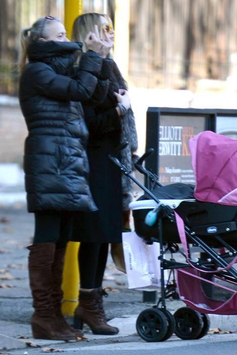 Martina Stella approfitta della bella giornata per fare una passeggiata con la figlia neonata ginevra e la madre durante la passeggiata la madre non riuscendo ad attraversare inveisce contro gli automobilisti lasciandosi andare a gesti davvero poco signorili (Olycom)