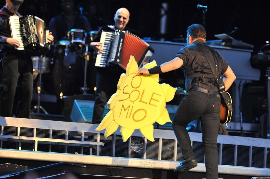«E' bello essere a casa»: sono le parole di Bruce Springsteen all'inizio del suo concerto in piazza Plesbiscito a Napoli. Il nonno materno di Springsteen era di Vico Equense (Ansa)