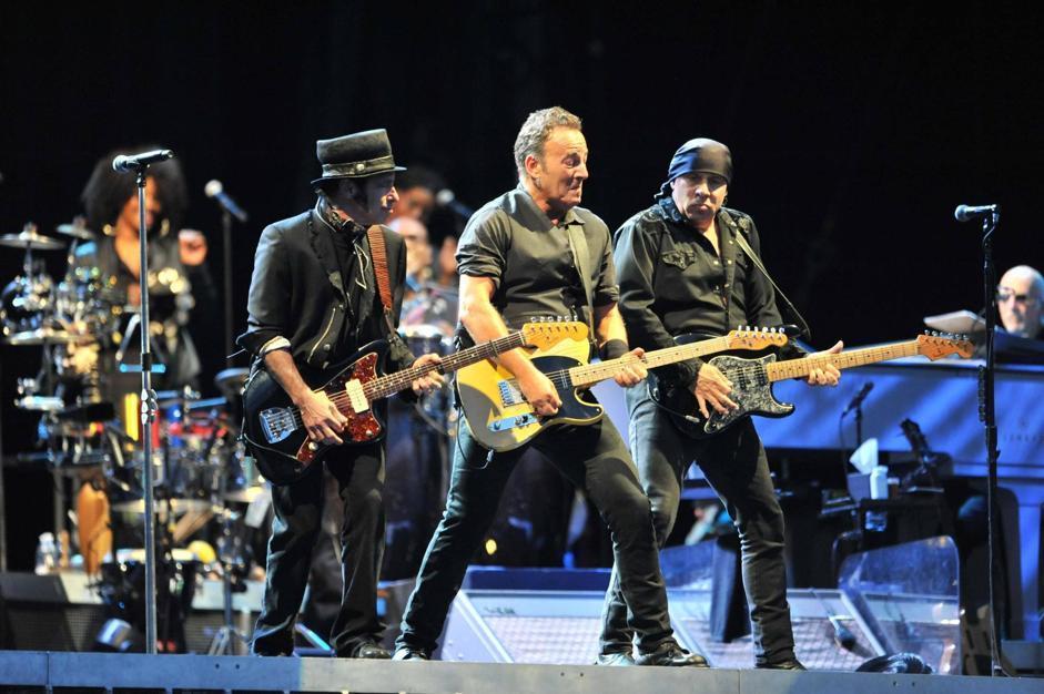 Bruce Springsteen accompagnato da due suoi chitarristi sul palco (Ansa)