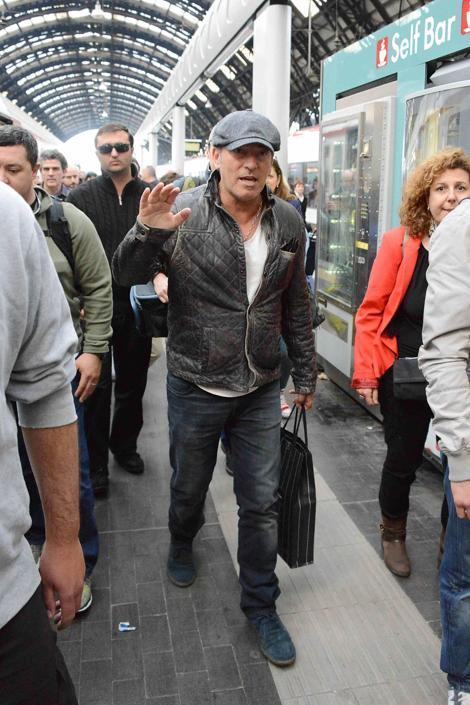 Bruce Springsteen mescolato tra i passeggeri arriva in stazione Centrale a Milano, ma non sfugge ai fans (Olycom)