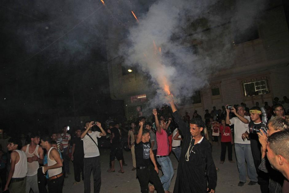 Alcuni palestinesi esutano facendo esplodere petardi (Afp/Momani)