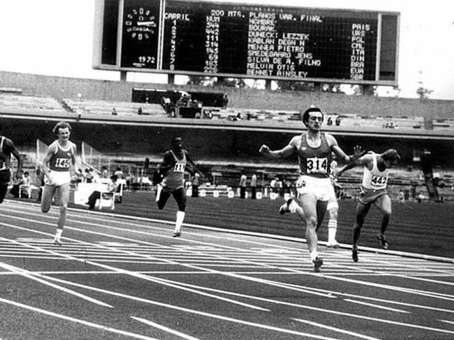Pietro Mennea vola sul traguardo di Citt� del Messico. Sono le Universiadi del 1979, l'azzurro corre i 200 metri in 19