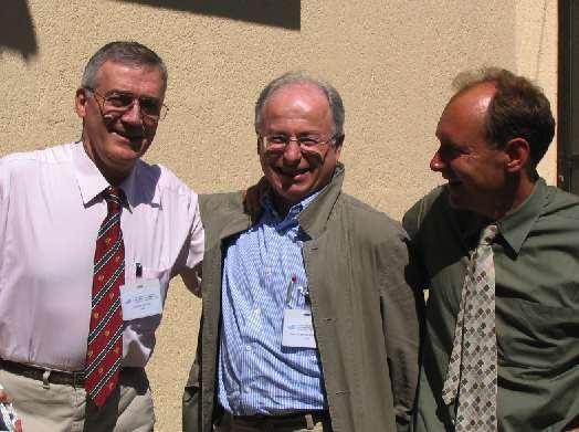 Calliau (a sinistra) e Tim Berners-Lee (a destra) insieme ad Abramatic di IBM, i due ricercatori del CERN che diedero vita alla prima pagina web e decisero di regalare lo standard al mondo intero