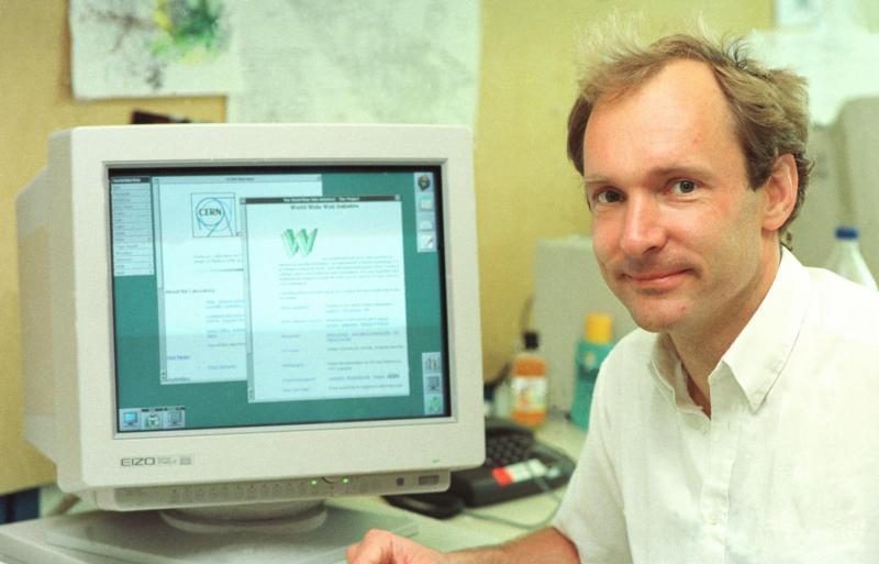 Tim Berners-Lee al CERN davanti a un computer con due pagine web aperte