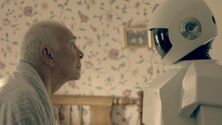 Ogni equipe medica ha un robot che l'aiuta nella cura dell'invecchiamento, l'unica malattia che ancora sopravvive in questo mondo tecnologico. Il bello � che l'ammasso di ferraglia capisce i nostri sentimenti, avverte il dolore e ci d� conforto. E poi non sbaglia mai. � il 2053 (nell'immagine Robot & Frank).