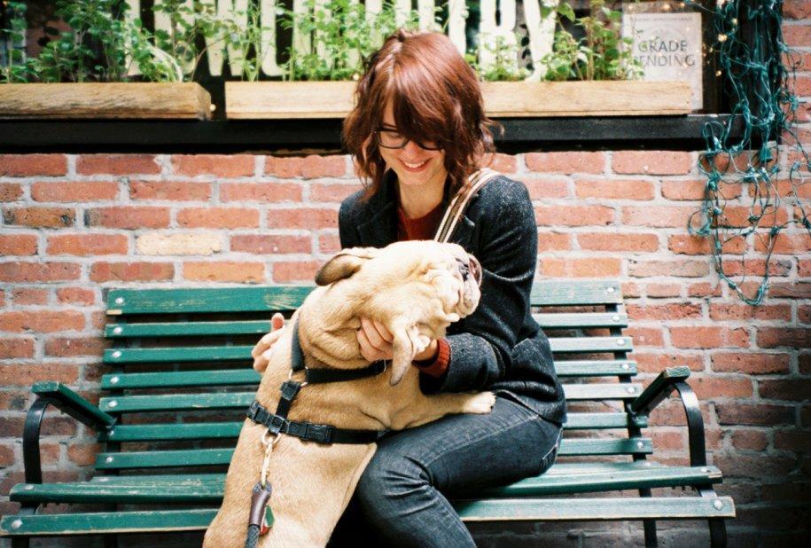 4 - La fidanzata di David, Rachel Eakley, con il cane Clark