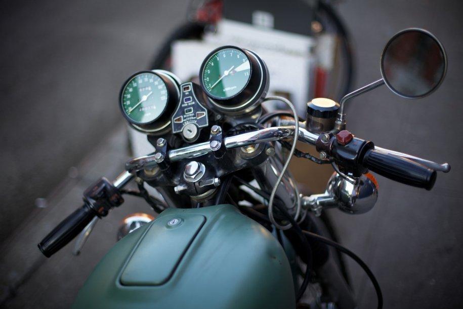 10 - Forse un motivo in pi� per la preferenza di Karl per le moto. Alla sua prima moto � arrivato dopo anni in sella a una Vespa, con cui ogni mattina andava al lavoro.