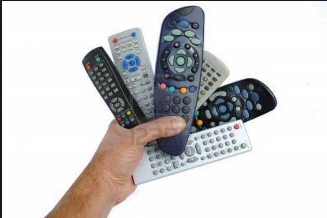 11 - Tenere il telecomando in mano: da quando guardiamo la tv per twittare, non è veramente importate chi in famiglia detiene il potere del telecomando, ma chi twitta meglio.