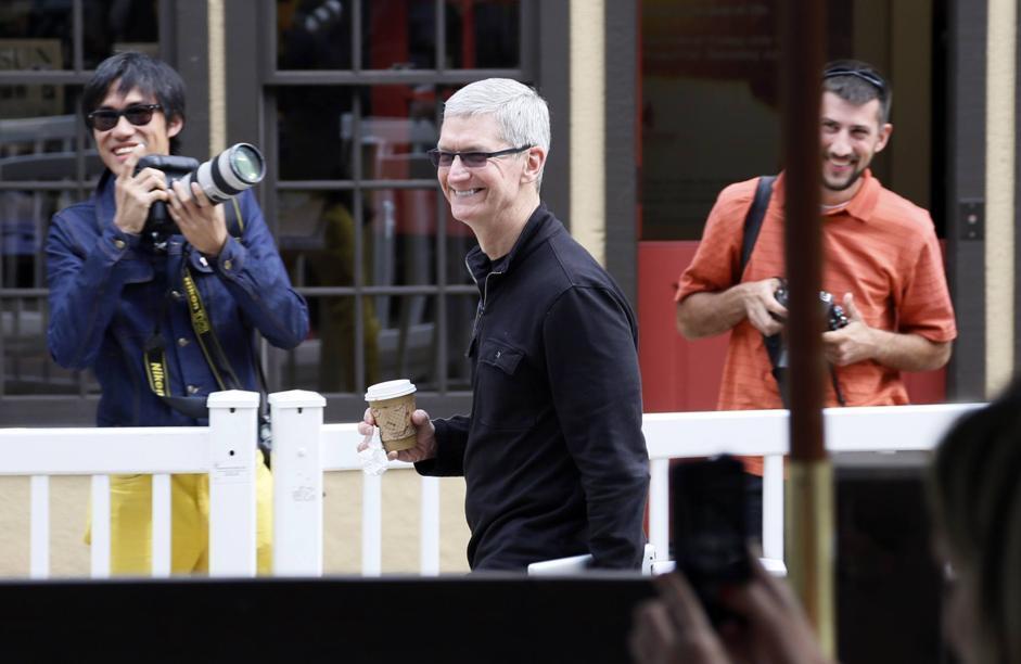 Tim Cook sorride ai fotografi. L'amministratore delegato di Apple ha partecipato al meeting organizzato da Eric Schmidt (Reuters)
