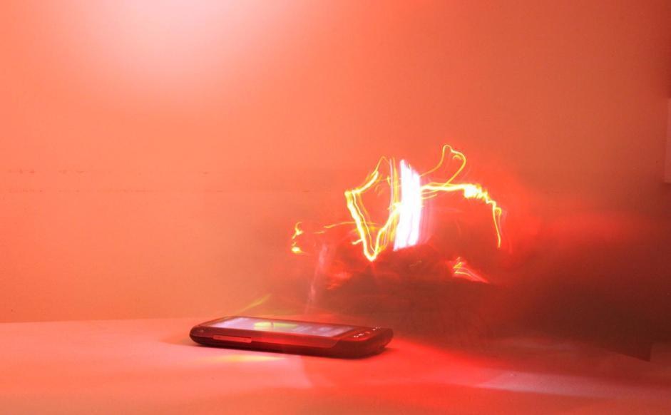 Sempre attraverso la tecnica fotografica del ?disegnare con la luce?, in molti hanno provato a rappresentare quel che si muove attorno a oggetti tecnologici comuni: come lo smartphone di questa immagine, che solo un anno fa uno studente di scienze inglese del Writtle College fotografava immerso nel suo campo magnetico.