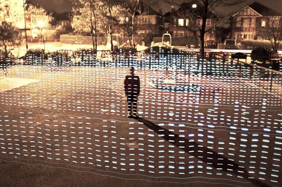 Ancora l?opera di un designer inglese ? Jon Cleave - che nel 2012 ha indagato, attraverso la luce, sul tema: ?Il WiFi attraversa le persone??, andando a misurare la presenza di campo in ambienti urbani e suburbani, rappresentandoli poi anche con gli esseri umani al loro interno.