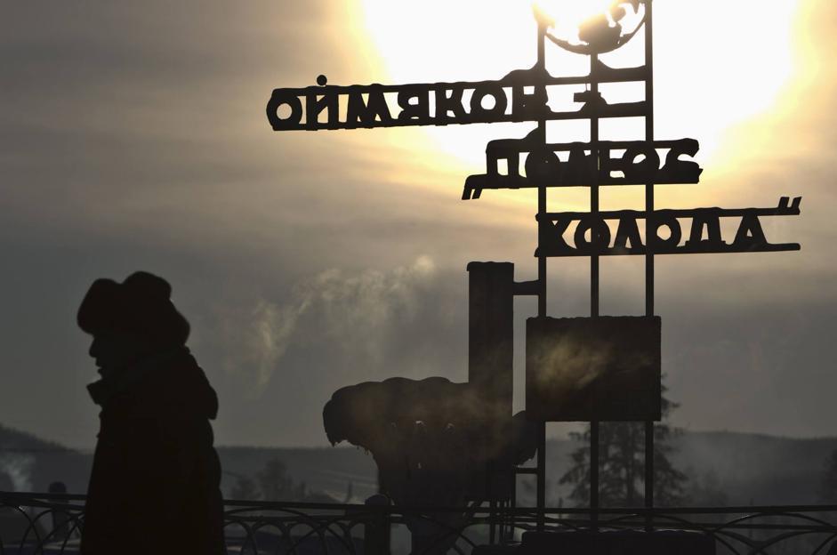 Il cartello «vanta» il primato di Oymyakon: secondo il Met Office britannico nel 1933 venne registrata la temperatura di -67,8 °C, la più bassa dell'emisfero nord (Reuters/Maxim Shemetov)