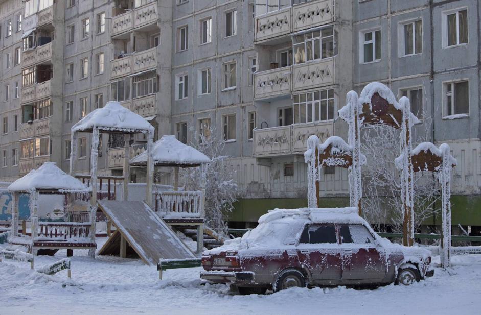 Un campo giochi ghiacciato a Yakutsk (Reuters/Maxim Shemetov)