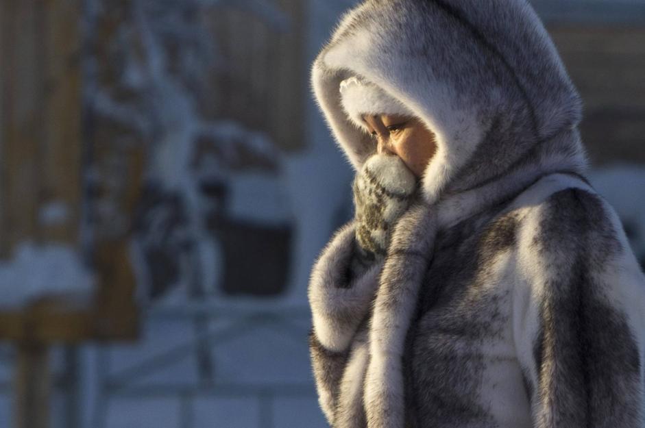 Ci si protegge dal freddo a Tomtor (Reuters/Maxim Shemetov)