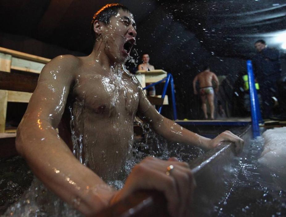 Ma c'è qualcuno che nel giorno dell'Epifania del calendario ortodosso ha fatto il bagno nelle acque gelate del fiume Lena a Yakutsk (Reuters/Maxim Shemetov)