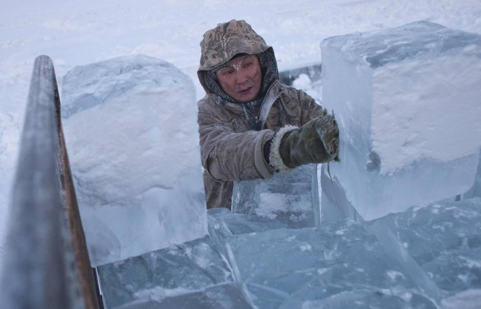 Si carica il ghiaccio su un camion a Yakutsk (Reuters/Maxim Shemetov)
