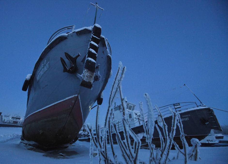 Barche nella morsa del ghiaccio nei dintorni di Yakutsk (Reuters/Maxim Shemetov)