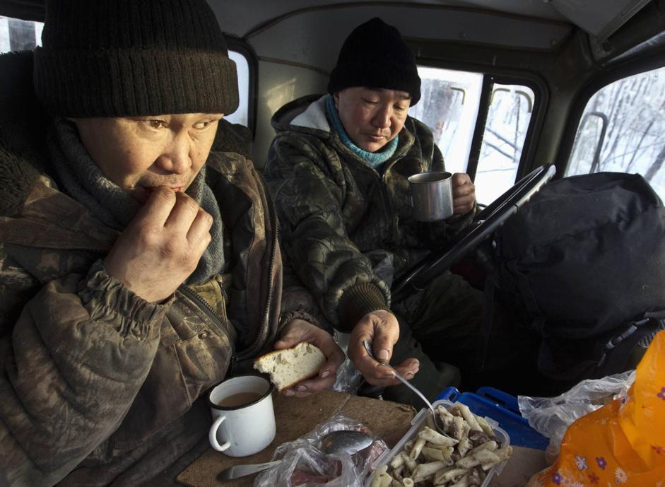 Due taglialegna pranzano nella cabina del loro camion nella foresta presso Tomtor  (Reuters/Maxim Shemetov)