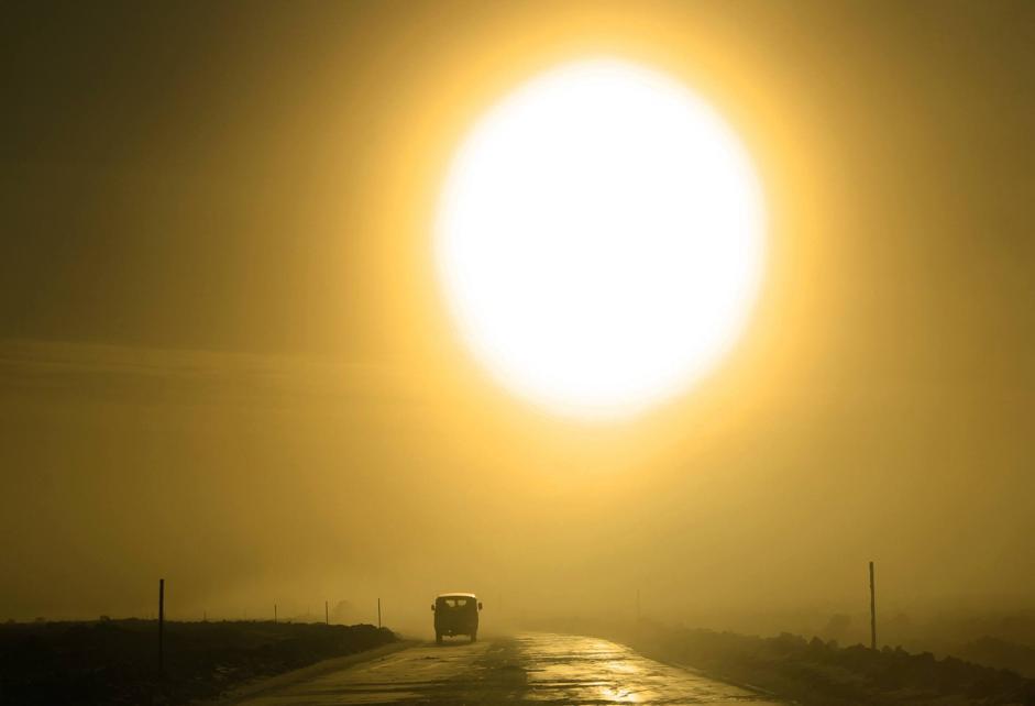 Il sole brilla ma non scalda la strada ghiacciata sulle sponde della Lena presso Yakutsk (Reuters/Maxim Shemetov)