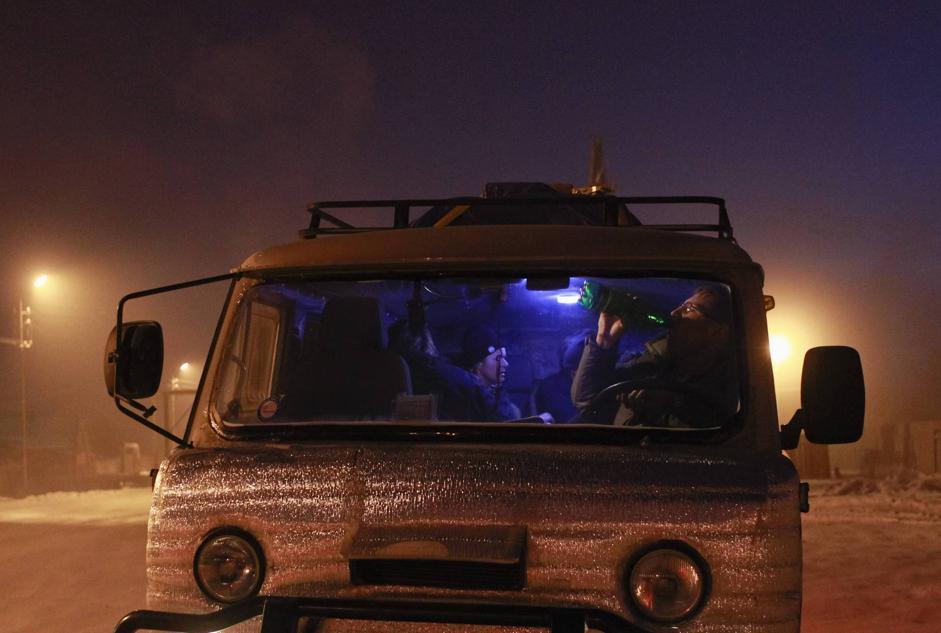 Nessuno esce al freddo dalle cabine dei camion presso il villaggio di Ytyk-Kyuyol (Reuters/Maxim Shemetov)
