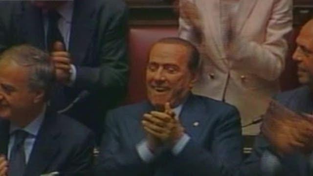 Le telecamere indugiano sui leader di Pdl e Pd. E' il momento della proclamazione di Giorgio Napolitano: per Berlusconi un sorriso soddisfatto, quasi un ghigno. Per Bersani un momento di estremo sollievo, quasi di commozione.