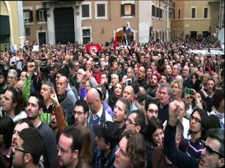 La reazione di protesta della piazza