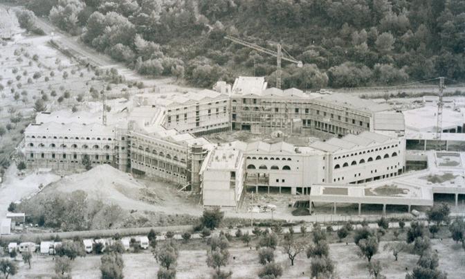 Il cantiere dell'ecomostro di Baia Campi nel 1990