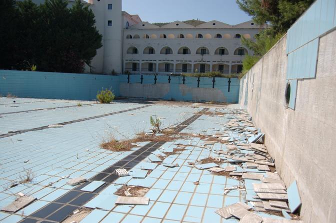 La piscina in disfacimento